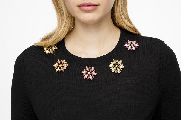 Пуловер украшенный хрусталем